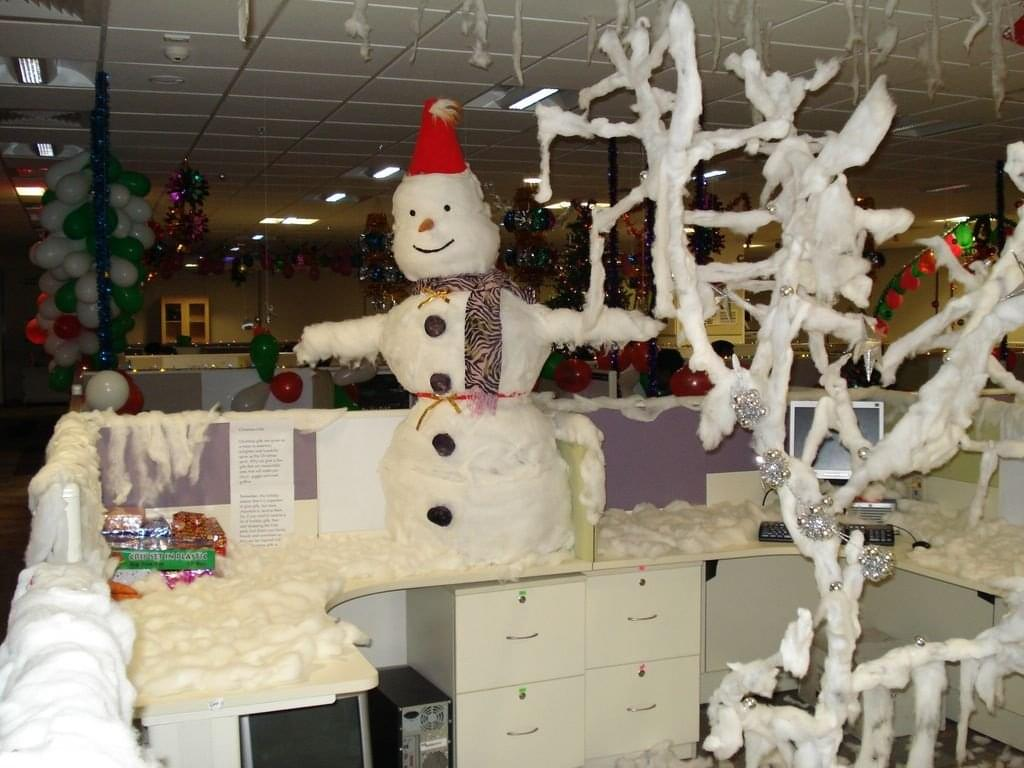 19 of the best and worst office christmas decorations you for Office christmas decorations